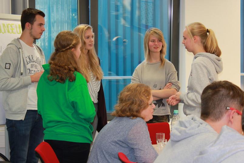 Schülerstudentin Luna Vassallo (Dritte von links) beim Kennlern-Treffen der Schüleruni