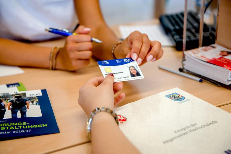 <div> Nach der erfolgreichen Immatrikulation wird der Studierendenausweis übergeben.</div>