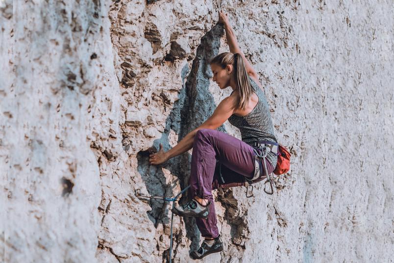 <div> Die Sicherungshaken in der Wand geben eine grobe Orientierung für die Route, die Kletterer müssen aber immer wieder individuell entscheiden, wo sie eine realisierbare Bewegungsabfolge finden.</div>