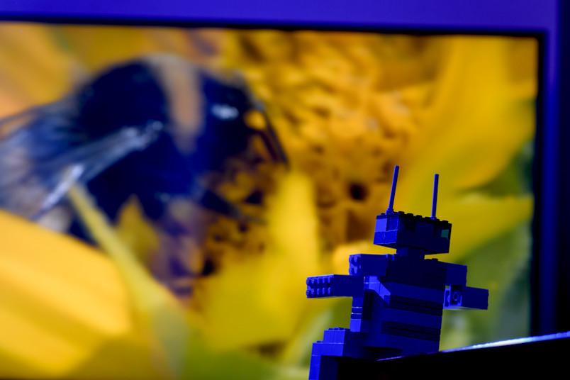 Legoroboter sitzt vor einem Foto