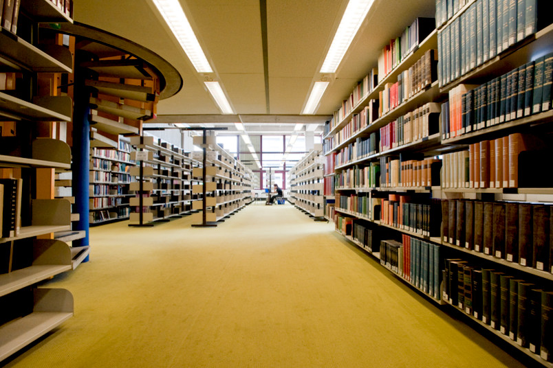 Regale mit Büchern in der Unibibliothek