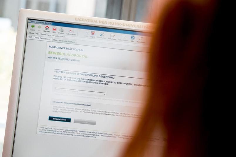 Bildschirm mit dem Online-Portal zur Studienplatzbewerbung an der RUB