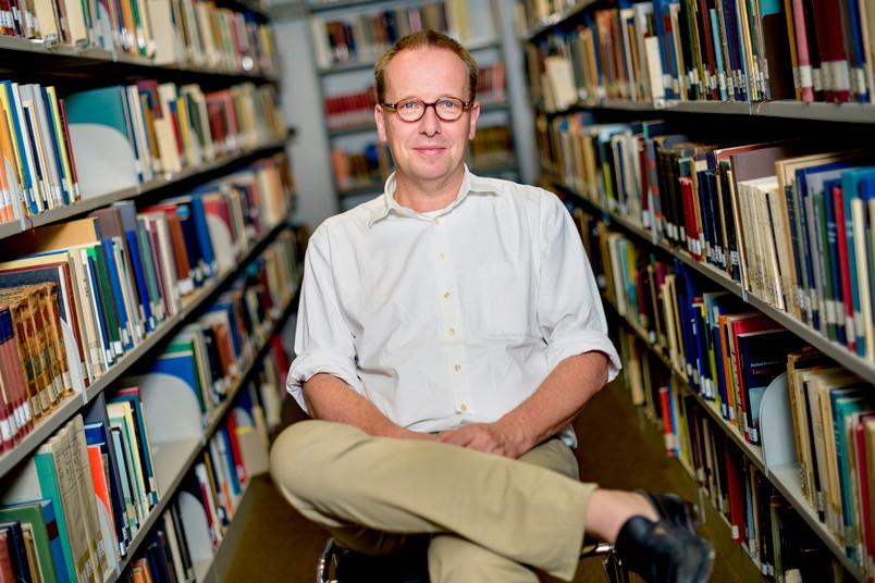 Peter Goßens in der Bibliothek