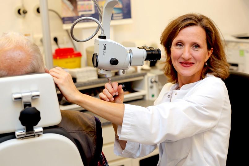 Ohrenärztin untersucht einen Patienten