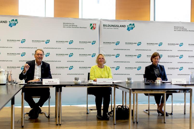 RUB-Rektor Axel Schölmerich, die Antisemitismusbeauftragte des Landes NRW, Sabine Leutheusser-Schnarrenberger, und Schulministerin Yvonne Gebauer (von links) haben die Kooperation vereinbart.