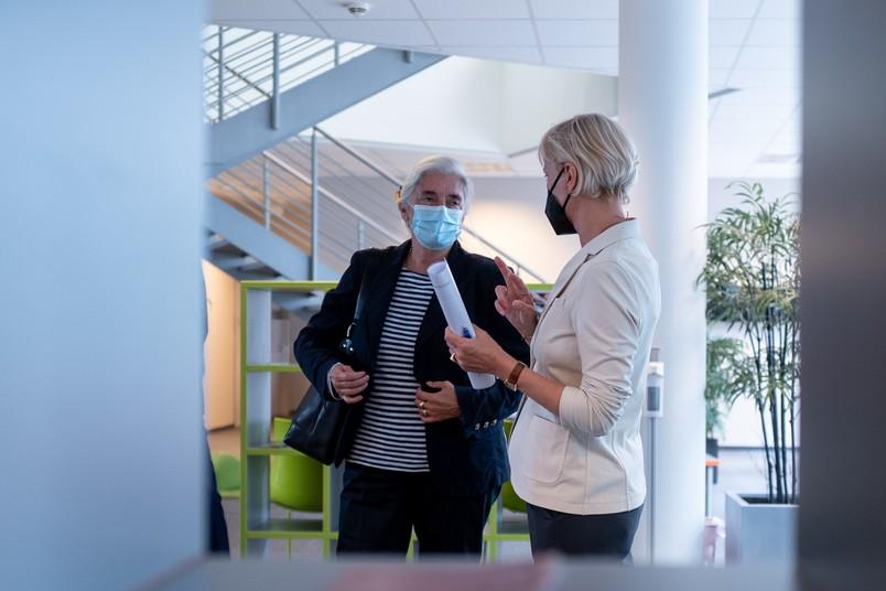 NRW-Wissenschaftsministerin Isabel Pfeiffer-Poensgen (links) mit Prof. Dr. Silvia Schneider, Leiterin des Forschungs- und Behandlungszentrums für psychische Gesundheit der RUB