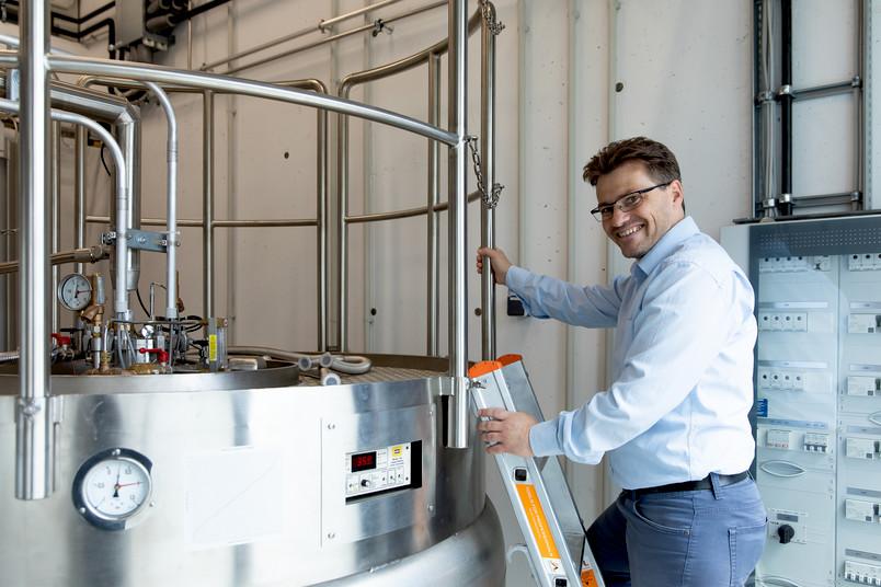 Jens Ränsch auf einer Leiter am Heliumverflüssiger