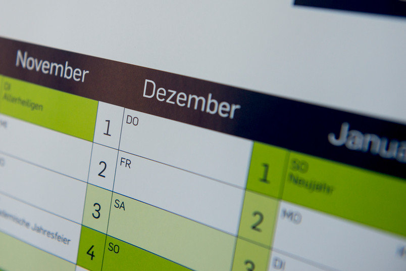 Wandkalender mit dem Monat Dezember im Mittelpunkt