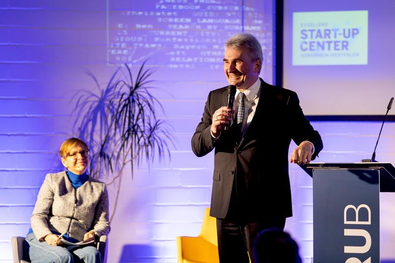 """<div> """"Als Innovationsminister kann ich sagen: In Bochum finden wir ein echtes Powerhaus vor"""", schwärmt Wirtschaftsminister Andreas Pinkwart über den Standort.</div>"""