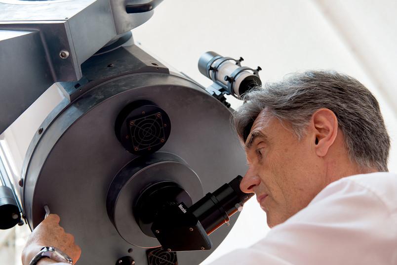 Von seinem ersten selbst verdienten Geld kaufte Rolf Chini, heute Leiter der Universitätssternwarte, sich ein Teleskop.