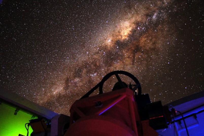 Das Infrarotteleskop ist auf die Milchstraße gerichtet.
