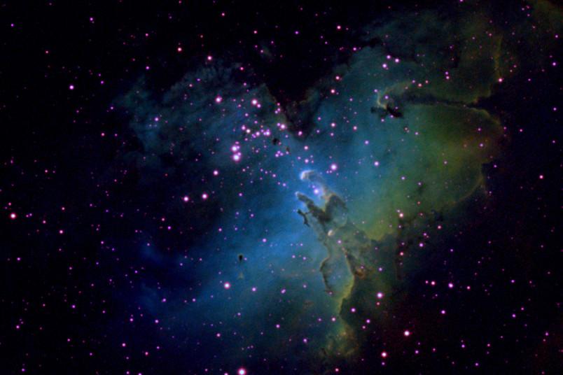 In 7.000 Lichtjahren Entfernung liegt der Adlernebel im Sternbild Schlange. Durch Aufnahmen mit verschiedenen Filtern entsteht die farbenprächtige Darstellung.