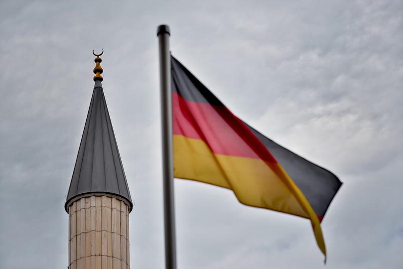 Deutsche Flagge vor Minarett