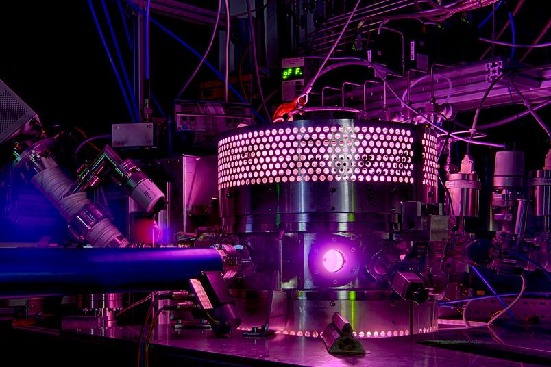 In einem Argon-Plasma testen die RUB-Ingenieure, wie genau die Multipol-Resonanz-Sonde die Plasmadichte misst.