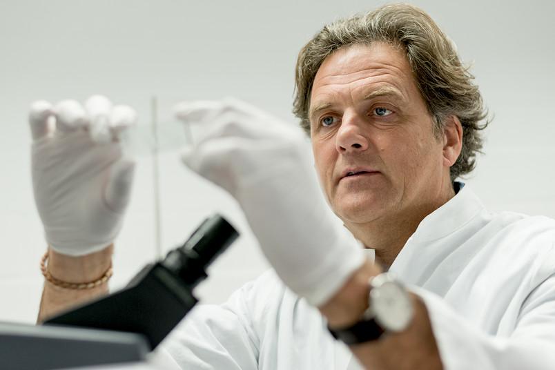 Klaus Gerwert am Mikroskop