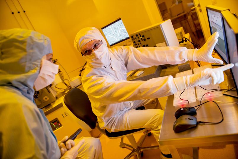 RUB-Ingenieur Ihor Petrov am Elektronenmikroskop