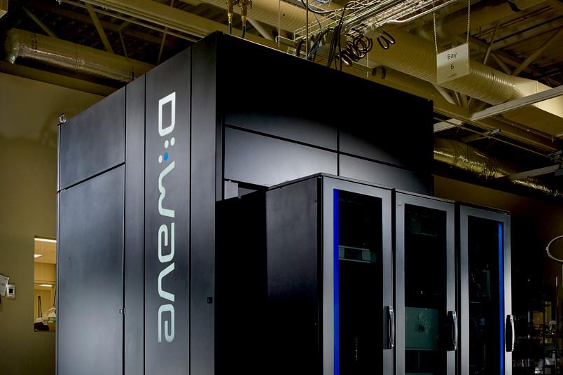 Mehrere dunkle Schränke mit Computertechnik