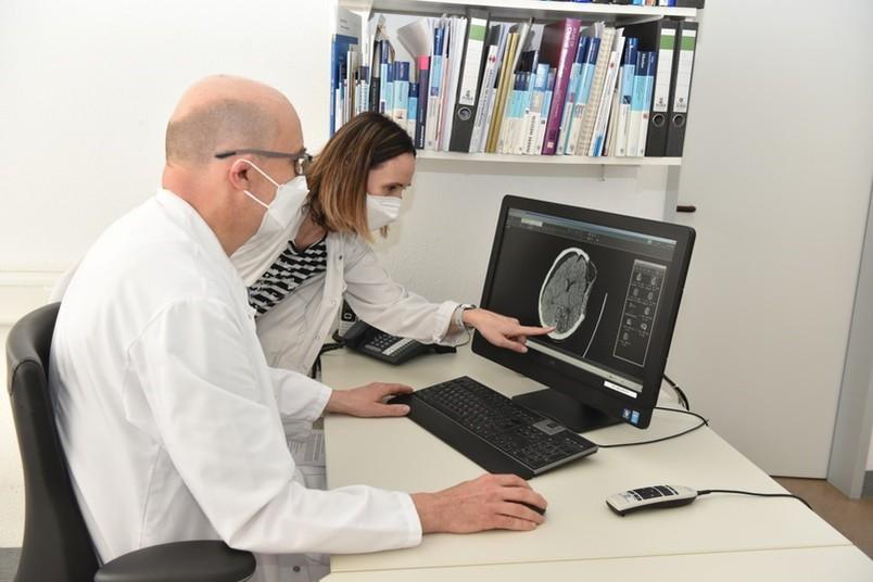 Zwei Mediziner am Rechner