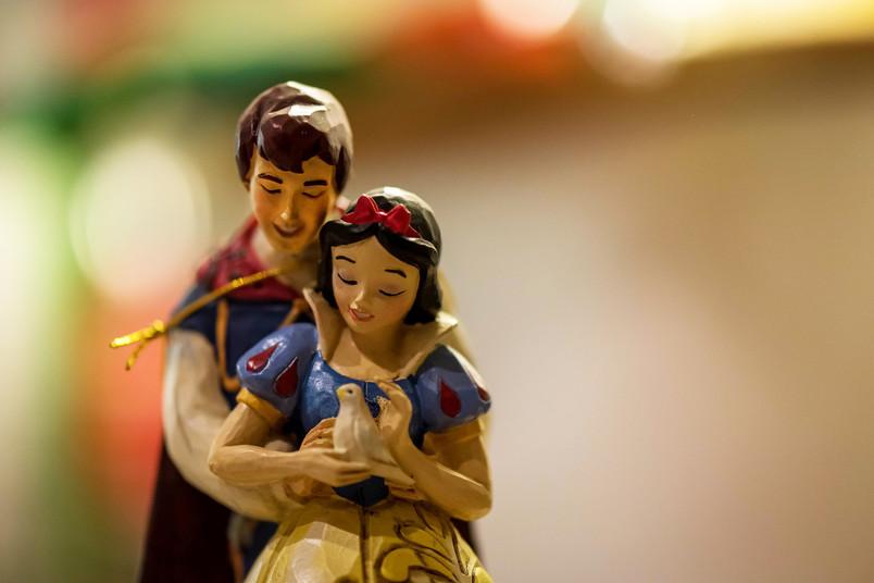 Schneewittchen im Arm des Prinzen.