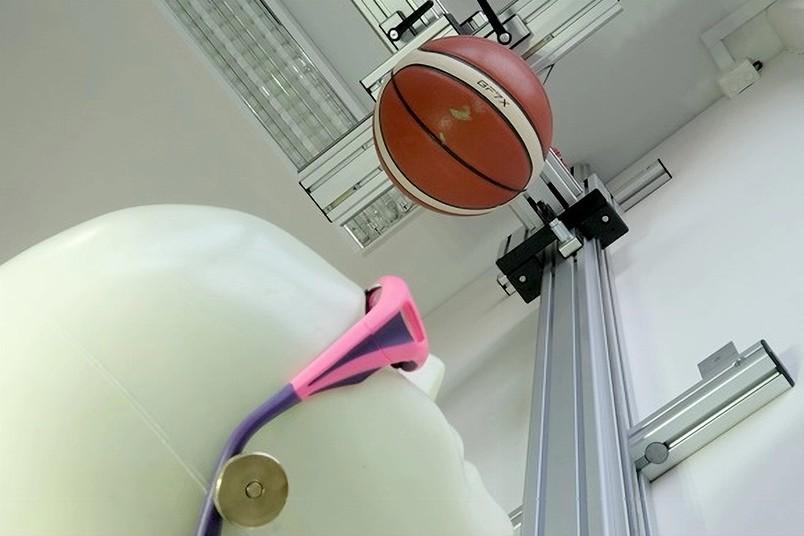 RUB-Schulsportbrillentest: Mit dem Falltest Basketball wird ein direkter Treffer im Gesicht simuliert.