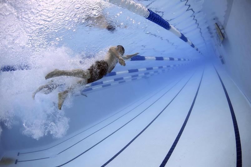 Ein Schwimmer im Hallenbecken.