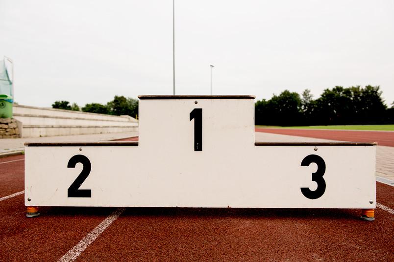 Eine Siegertreppe mit den Stufen für den ersten, zweiten und dritten Platz.