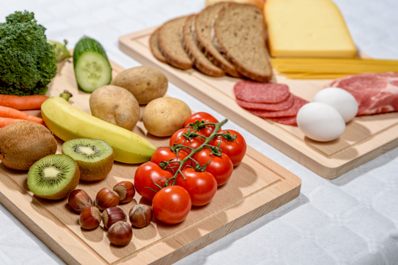 Verschiedene Lebensmittel auf Brettchen