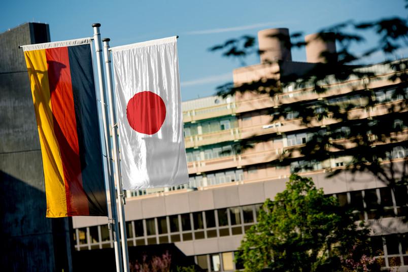 Deutsche und japanische Flagge auf dem Campus der RUB - Fotomontage
