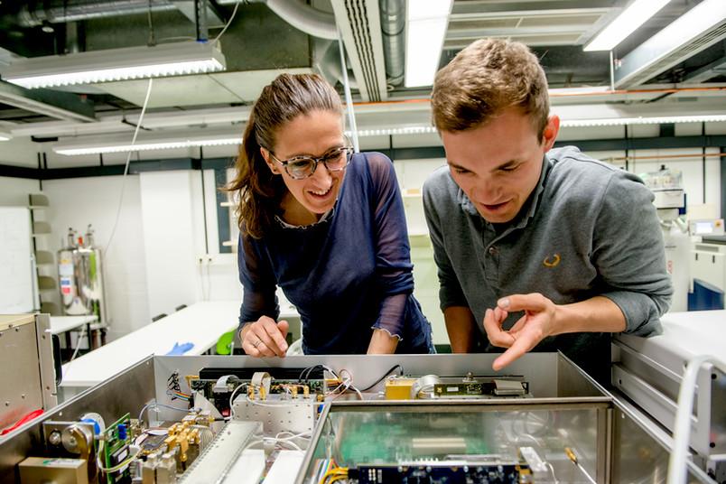 Zwei Forscher vor einem Versuchsaufbau.