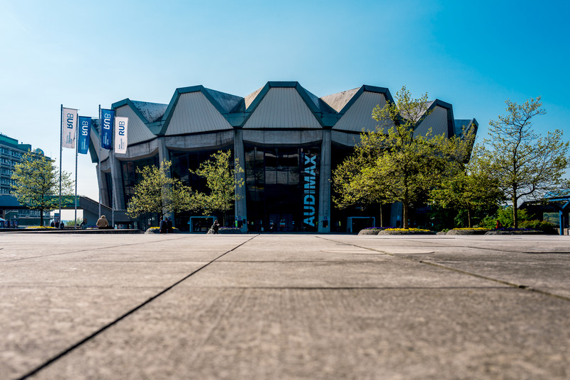 Außenansicht vom Audimax am Forum der Ruhr-Universität Bochum