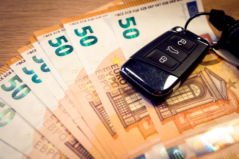 Autoschlüssel auf Geld