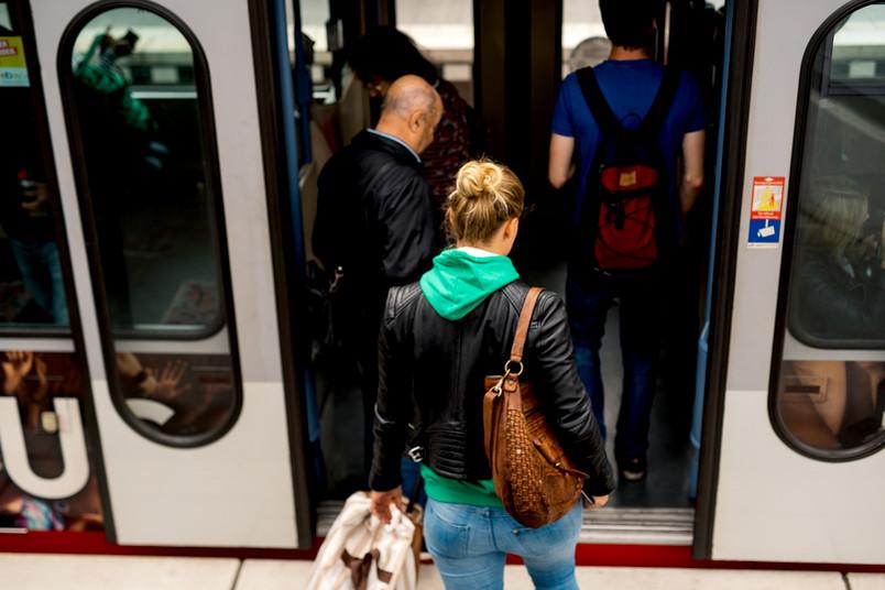 Studentin steigt in U-Bahn ein.