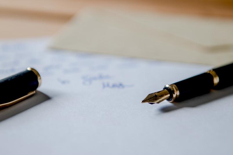 Füller liegt auf Briefpapier.