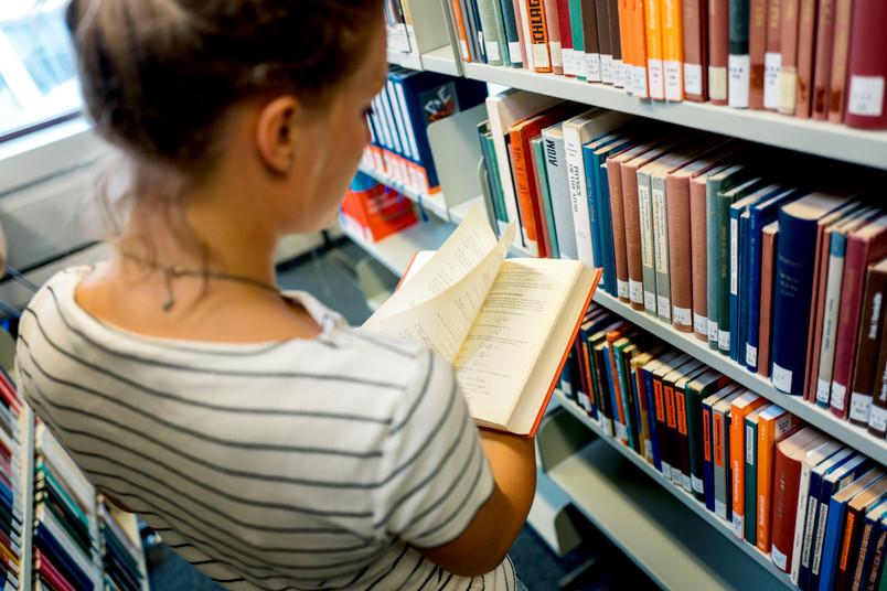 Studentin liest ein Buch.