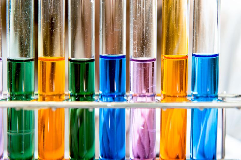 Reagenzgläser mit verschiedenfarbigen Flüssigkeiten