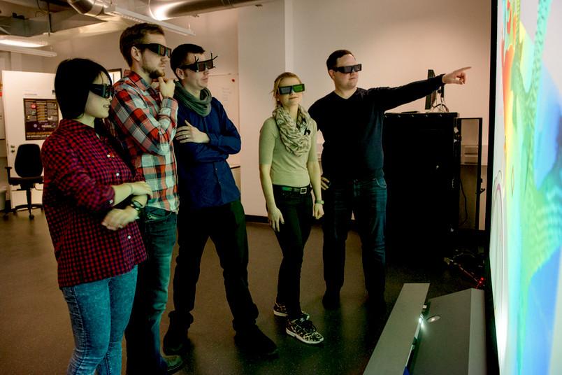 Menschen mit Computersimulationsbrillen