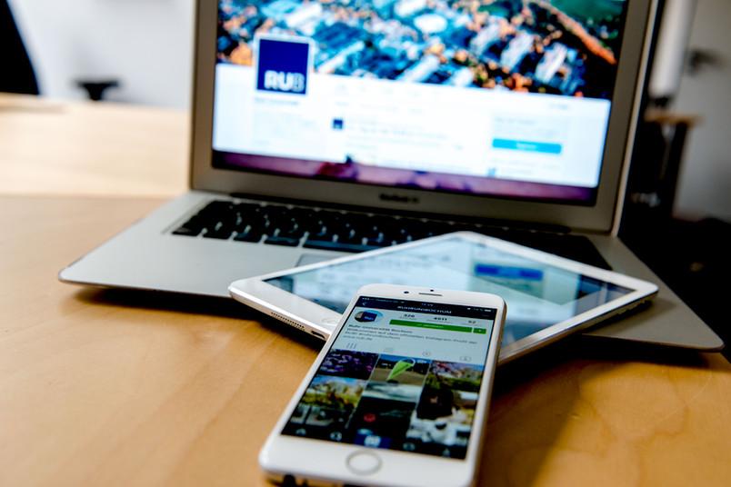 Digitales Zeitalter: Computerbildschirm, Tablet und Smartphone mit Webseiten und Apps der Ruhr-Universität Bochum