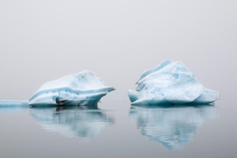 Eisberge auf Wasser