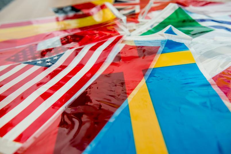 Internationale Flaggen liegen nebeneinander.