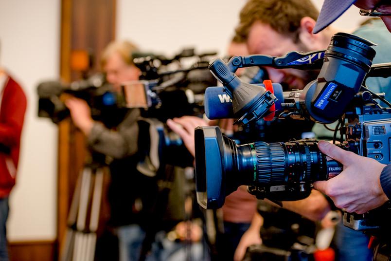 Symboldbild mit Fernsehkameras
