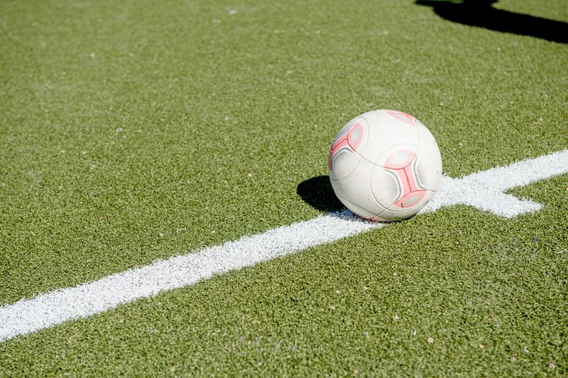 Fußball liegt auf einem Kunstrasen.