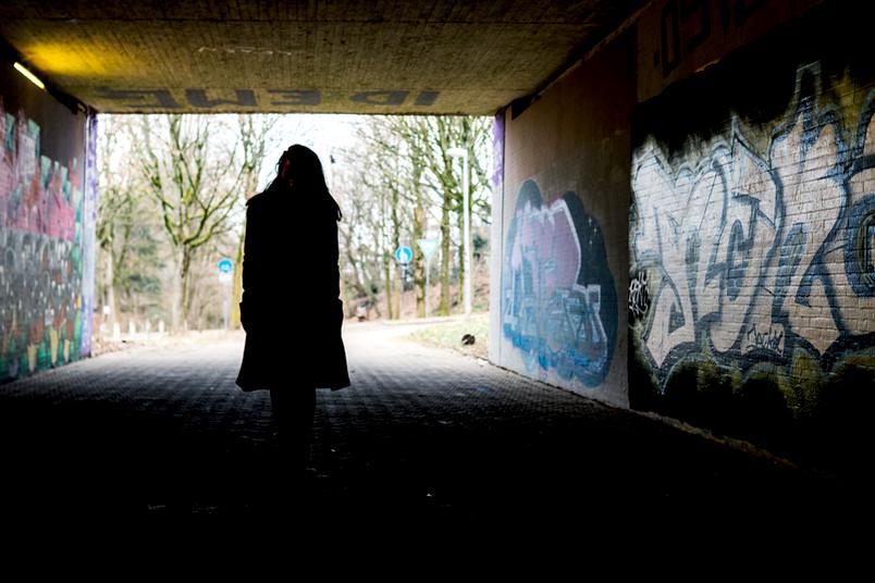 Frau in einem dunklen Gang