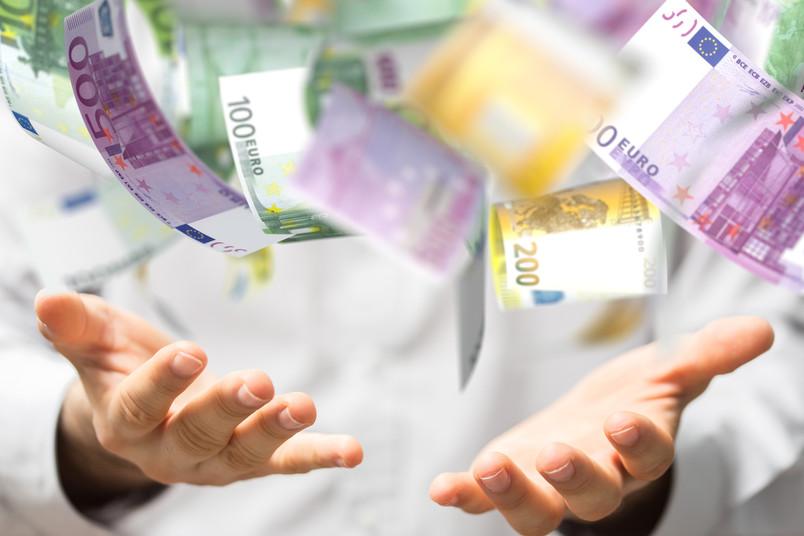 Hände fangen Euro-Geldscheine auf