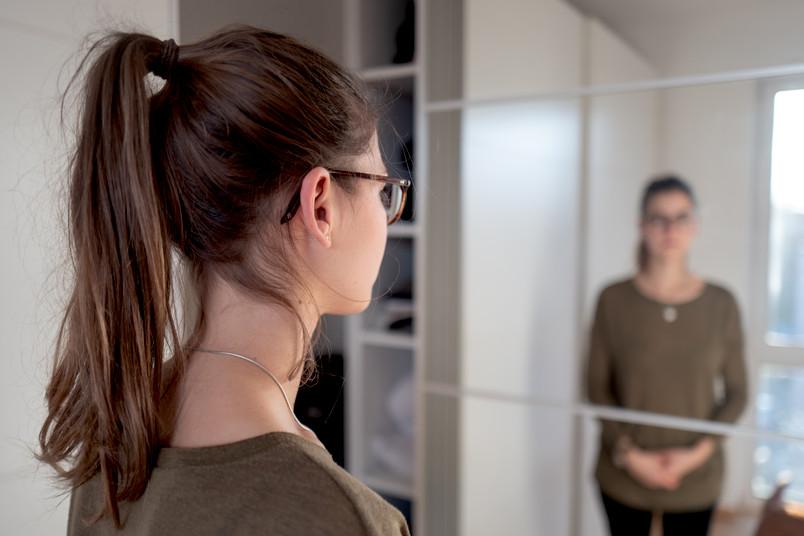 Unscharfe Person im Spiegel