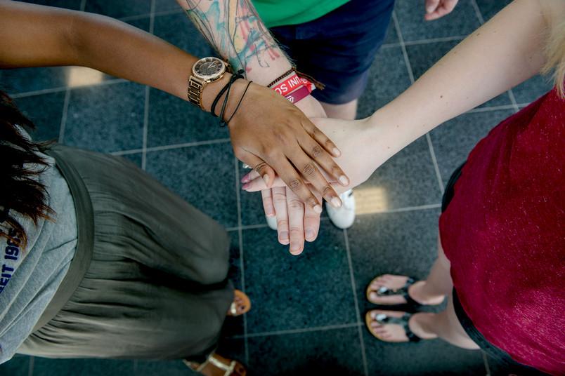 Hände halten sich