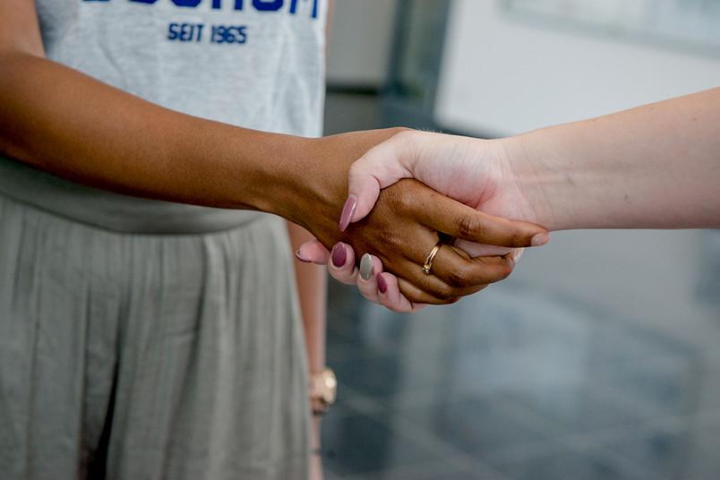 Hände unterschiedlicher Hautfarbe