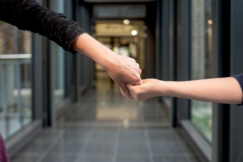 Eine rechte Hand schüttelt eine linke Hand