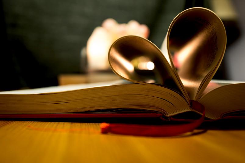 Herz aus Buchseiten geformt
