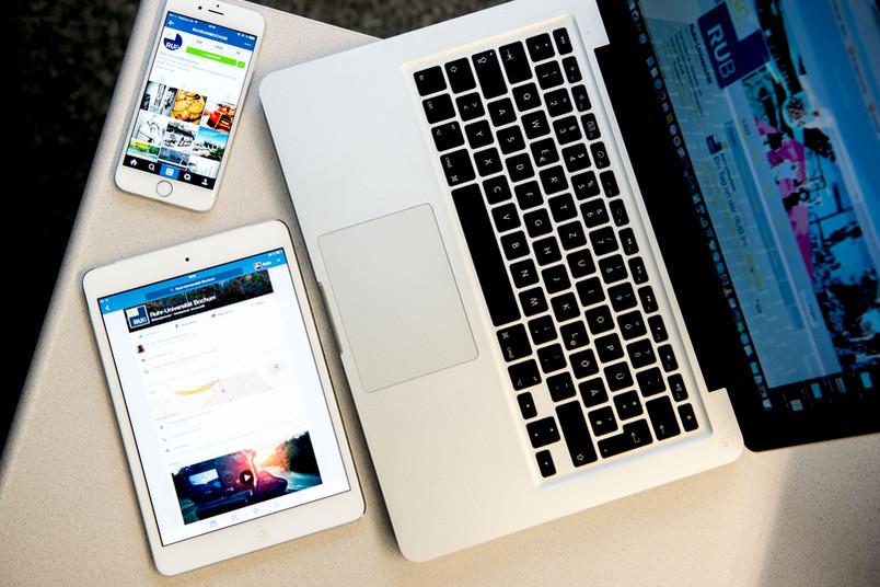 Ein Handy, ein Laptop und ein Tablet