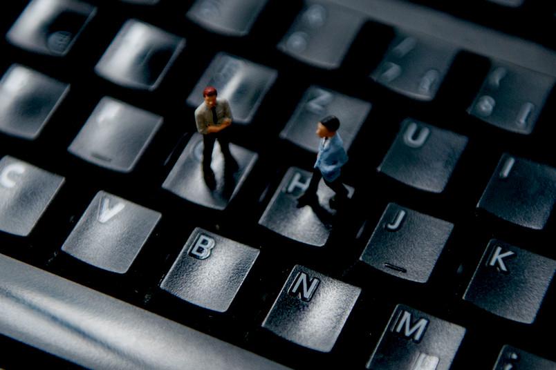 Mini-Personen auf einer Tastatur
